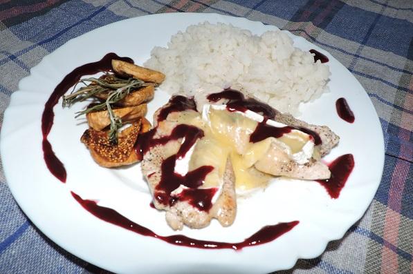 Филе индейки под сыром камамбер с ежевичным соусом
