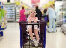 Дети ходят в магазин